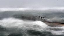 """10.09.2017, USA, Boynton Beach: Hohe Wellen umschließen bei der Ankunft von Hurrikan """"Irma"""" in Florida den Zugang zum Strand."""