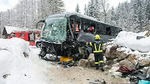 Fahrer ist schwer verletzt: Reisebus verunglückt in den Alpen