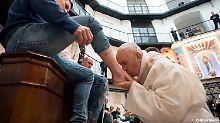 Darunter auch zwei Muslime: Papst Franziskus wäscht Häftlingen die Füße