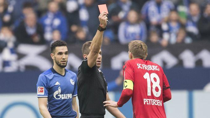 Was, ich? Nils Petersen scheint erstaunt, dass Schiedsrichter Tobias Stieler ihm die Gelb-Rote Karte zeigt.
