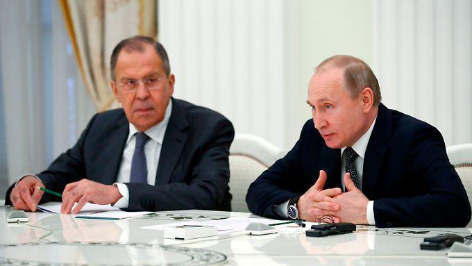 Das Ministerium von Lawrow (l.) rückt die US-Sanktionen in die Nähe einer Straftat.