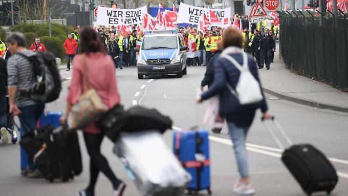 Reisende und Demonstranten in Frankfurt am Main
