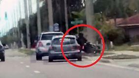 Konflikt eskaliert auf offener Straße: Aggressiver Autofahrer rammt Biker vom Rad