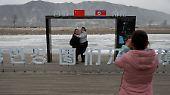 Für das Familienalbum: Den Bilderrahmen mit nordkoreanischem Hintergrund gibt es in China gratis.
