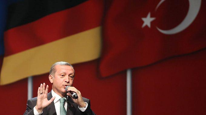 Recep Tayyip Erdogan, damals noch türkischer Ministerpräsident, spricht 2014 bei einem Wahlkampfauftritt in der Köln er Lanxes-Arena.