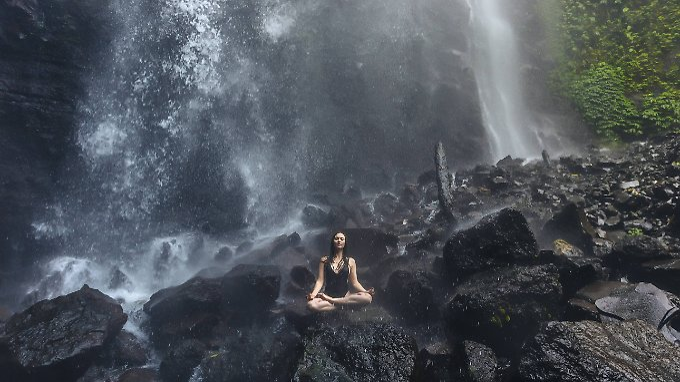 Yoga in freier Natur, wie hier auf Bali, hat durchaus seinen Reiz - es geht aber auch im heimischen Wohnzimmer.