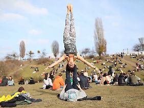 Für Fortgeschrittene: Akrobatisches Yoga im Berliner Mauerpark.