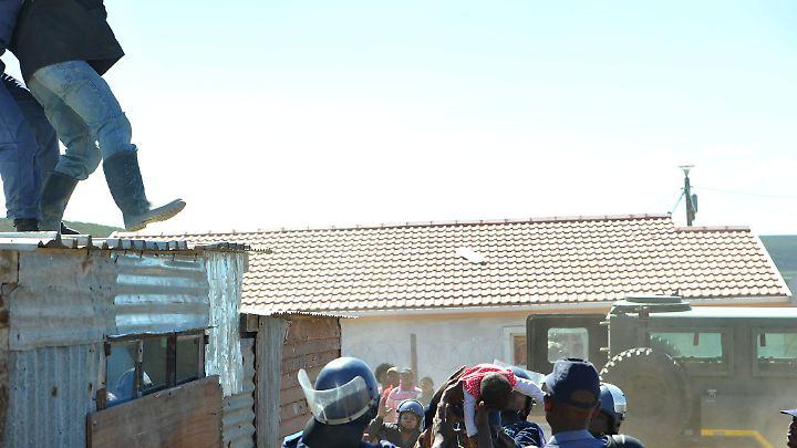 Am Boden haben sich allerdings schon mehrere Polizeibeamte versammelt. Sie fangen das kleine Mädchen auf ...