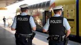 Die Polizei fing die Fans noch am Bahnhof ab.