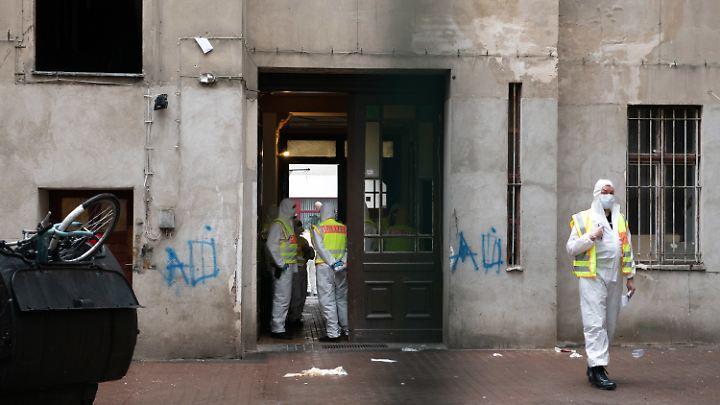 Zwangsräumung in Weiß: Die Behörden trugen bei der Aktion Schutzanzüge.