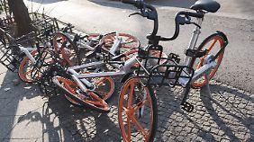 Leihfahrräder stehen den Fußgängern oft im Wege.