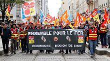 Proteste in zahlreichen Städten Frankreichs: Macrons Pläne für eine Bahnreform stoßen bei Eisenbahner auf erheblichen Widerstand.