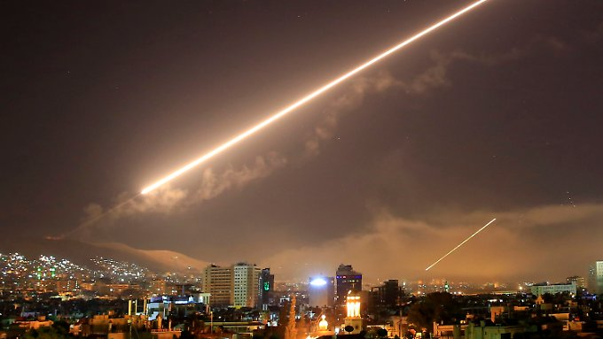 Über Damaskus wird eine Luftabwehrrakete während der Luftangriffe der USA, Frankreich und Großbritannien abgefeuert.