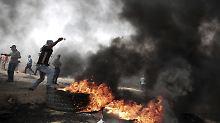 Palästinenser schleuderten an der Grenze zu Israel Steine und verbrannten Reifen.