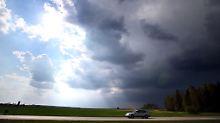 Über den Mittelgebirgen sowie im Bereich Alpen und Schwarzwald können am Wochenende lokale Gewitter auftreten.