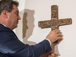 Spott über Kruzifix-Entscheid: Wenn Söder ein Kreuz aufhängt