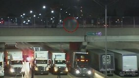 Highway unter Brücke blockiert: 13 Trucker bewahren Mann vor Suizid