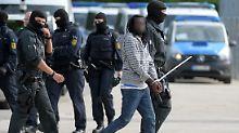 Mehrere Personen wurden bei dem Polizeieinsatz in Gewahrsam genommen.