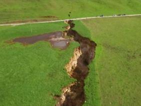 Riesige Ausmaße: Wie eine tiefe Wunde zieht sich der Erdfall durch den Boden (Luftaufnahme).