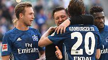 Mit Trainer Christian Titz in der Hoffnungsrunde: Der HSV träumt weiter vom Nichtabstieg.