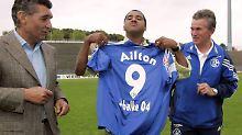 Ailton wechselt von Werder nach Schalke - und will auch seinen Rasen am liebsten blau färben.