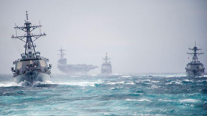 """Die """"USS George H.W. Bush"""" und ihre Begleitschiffe im Atlantik (Archivbild): Die größte Seemacht der Welt richtet sich neu aus."""