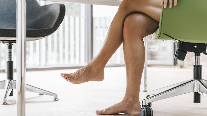 Beim Übereinanderschlagen der Beine werden Nerven gedrückt.