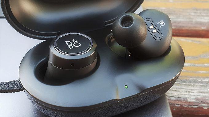 Die Beoplay E8 machen im Ohr wie im Case eine gute Figur.