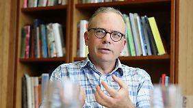 David Divincenzo leitet das Peter Grünberg Institut für Theoretische Nanoelektronik am Forschungszentrum Jülich und lehrt am Institute for Theoretical Quantum Information der RWTH Aachen. Außerdem ist er einer der beiden Gründungsdirektoren des JARA-FIT Instituts für Quanteninformation.