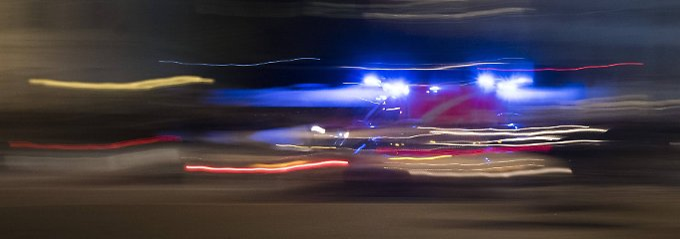 Wenn sich ein Rettungswagen mit Blaulicht und Martinshorn nähert, nimmt er Wegerecht in Anspruch