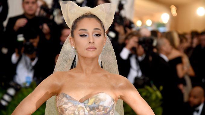 Auch Solo glamourös: Ariana Grande.