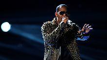 """Vorwürfe um """"Sex-Kult"""": R. Kelly fliegt aus Spotify-Playlisten"""