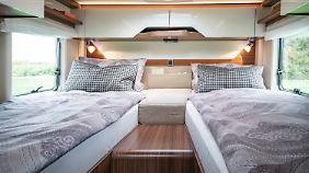 Im Hymermobil B-Class Modern Comfort 580 erwarte die Reisenden zwei sehr komfortable Einzelbetten im Heck.
