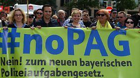 Der bayerische FDP-Spitzenkandidat Martin Hagen demonstrierte am 10. Mai gemeinsam mit der SPD-Politikerin Natascha Kohnen sowie den Grünen Katharina Schulze und Claudia Roth gegen das neue Polizeigesetz.