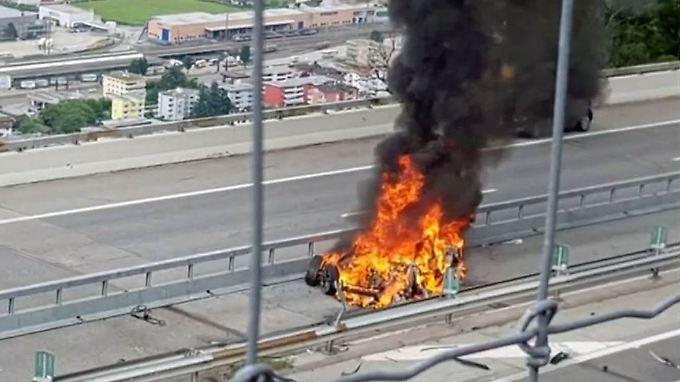 Musk baut Unternehmen um: Deutscher Tesla-Fahrer verbrennt bei Unfall