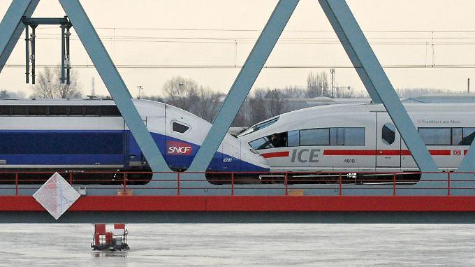 Ein TGV (l.) und ein ICE fahren über die Rheinbrücke in Kehl.