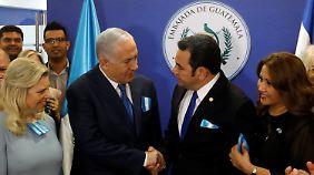 Im Gegensatz zu seinem US-amerikanischen Kollegen Trump kam der guatemalische Präsident Jimmy Morales (r.) persönlich nach Jerusalem.