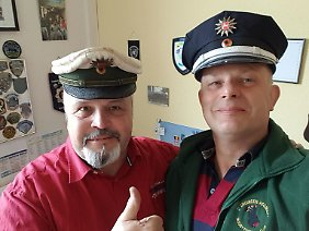Ein Selfie für die Nachwelt: links die erbeutete und zurückgekehrte Mütze und rechts eine neuere Version.