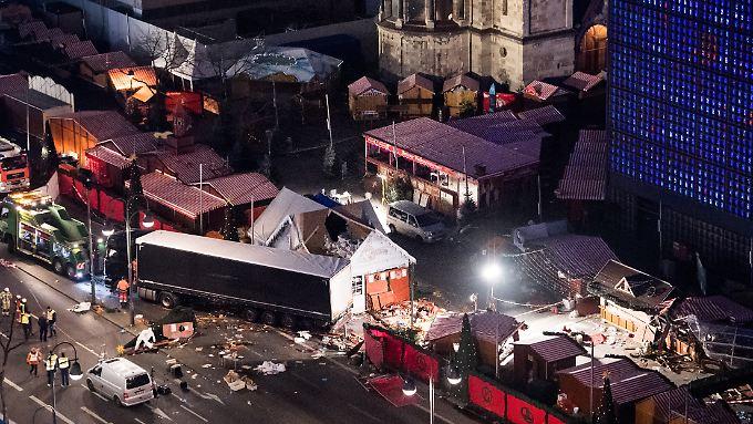 20. Dezember 2016: Der Lkw-Anschlag auf den Weihnachtsmarkt am Berliner Breitscheidplatz hinterlässt eine Schneise der Verwüstung.