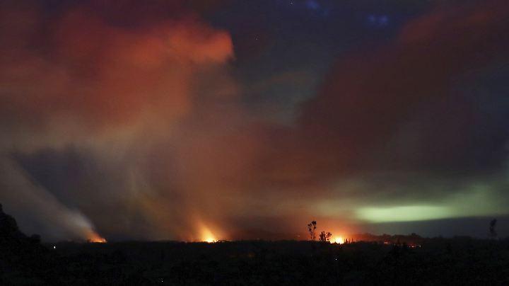 Der Vulkan Kilauea schießt Lava aus aktiven Spalten in die Höhe. Er treibt seit vergangener Woche Dutzende Bewohner Hawaiis in Notunterkünfte.