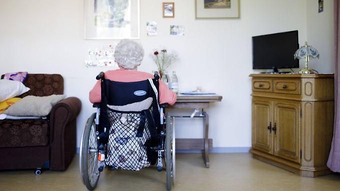 Fast dreieinhalb Millionen Menschen werden voraussichtlich Ende des Jahres Pflegeleistungen bekommen.