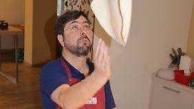 Pizza-Profi Luciano Federico rollt die Pizza nicht aus, sondern wirbelt sie durch die Luft.