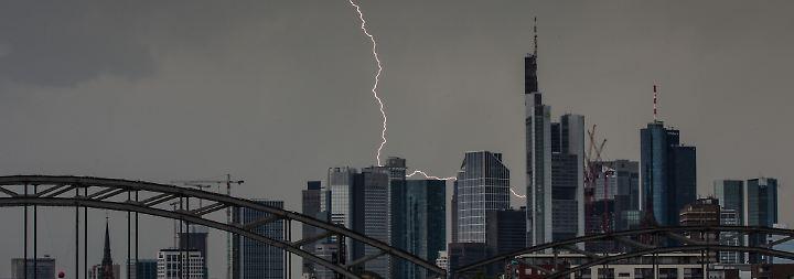 Hochsommerfeeling im Norden: Gewitter mit Hagel und Dauerregen gehen über Süden nieder