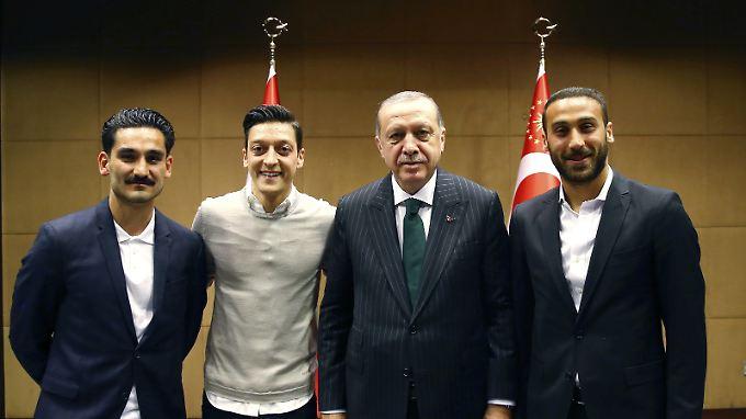 Dieses Treffen zwischen den Nationalspielern Özil und Gündogan mit dem türkischen Präsidenten Erdogan veranlasste den SPD-Politiker zu seinem rassistischen Facebook-Post.