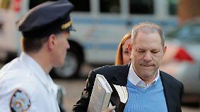 66-Jährigem droht Gefängnisstrafe: Weinstein stellt sich New Yorker Polizei