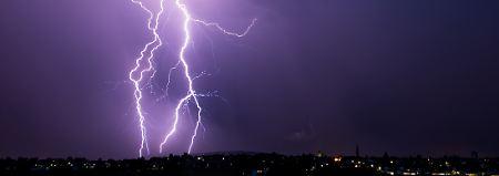 Unwetter in vielen Regionen: Blitzschlag verletzt Radfahrerinnen schwer