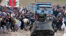 Zusammenprall von Kurden und türkischen Sicherheitskräfte in Siirte am Tag als Sibel und Nergiz begraben werden sollten.