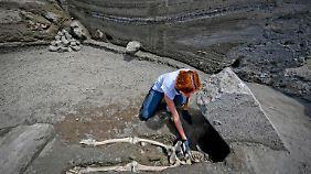 Der Kopf des Skeletts wurde bislang noch nicht gefunden, aber die Forscher gehen davon aus, dass er unter dem massiven Steinblock begraben ist.