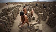 Armut, Krieg, Diskriminierung: Wenige afghanische Kinder gehen zur Schule