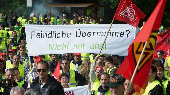 Unklarer Frontverlauf: Hier demonstrieren die IG Metall und Mitarbeiter des Autozulieferers Grammer gegen den Übernahmeversuch einen deutsch-bosnischen Investors - und für den Einstieg eines chinesischen Unternehmens.